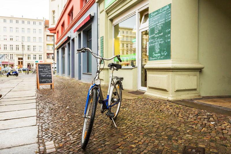 Буквально в двух шагах от дома можно взять велосипед напрокат