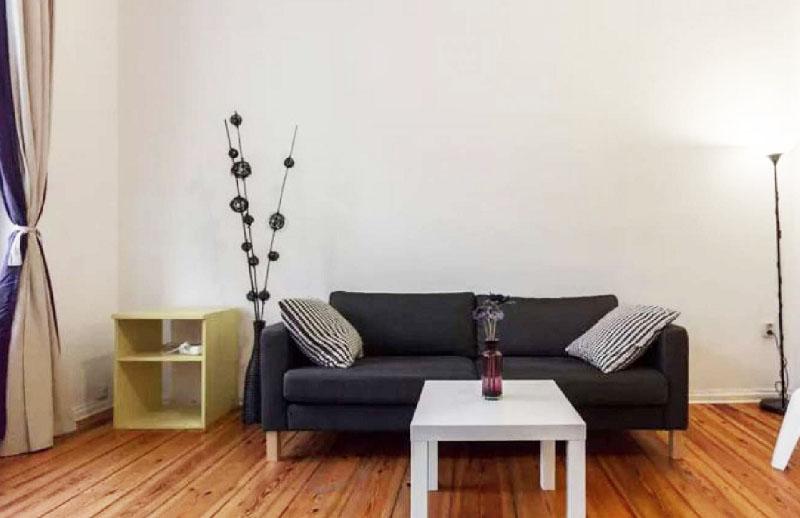 Одно из немногих украшений гостиной – напольная ваза с необычной композицией из искусственных ветвей