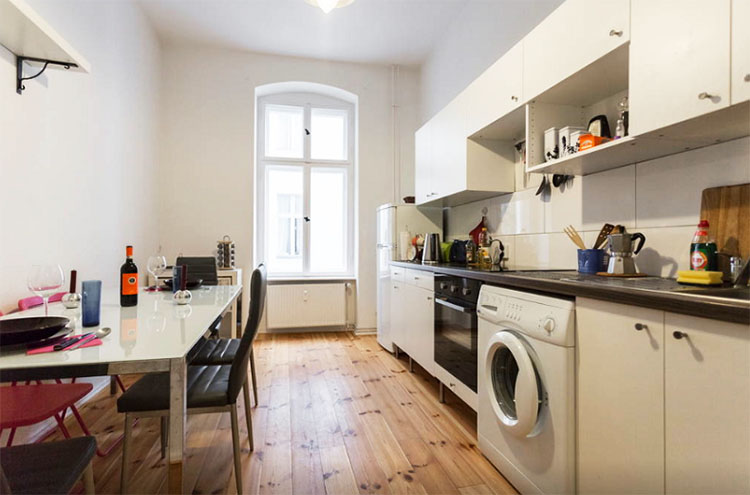 В узкой длинной кухне единственный выход – поставить линейный гарнитур