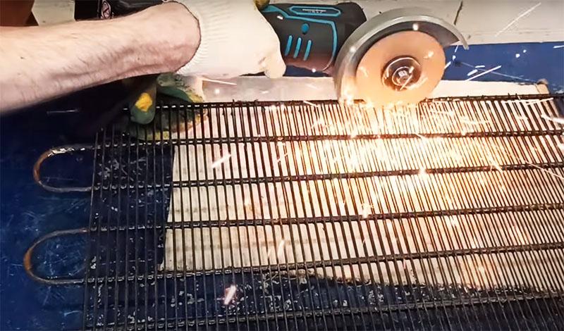 Автор обнаружил, что именно такие подходящие трубки есть в радиаторе холодильника. Выбрать и отрезать деталь нужной длины несложно, а потом нужно просто зачистить её поверхность от остатков проволоки радиатора