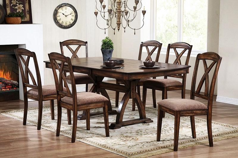 Деревянные столы смотрятся солидно и богато
