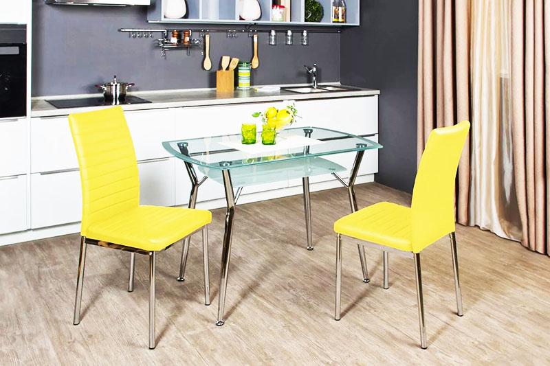 Стеклянный кухонный столик с металлическими опорами