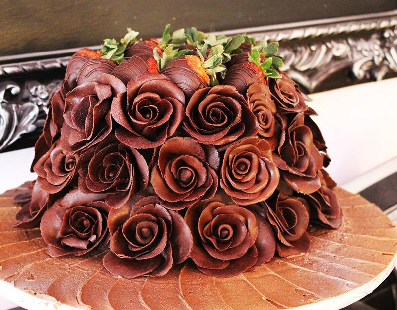 Массу возможностей даёт шоколад – он отлично плавится и после застывания принимает любую форму. Используйте это свойство для декорирования десертов