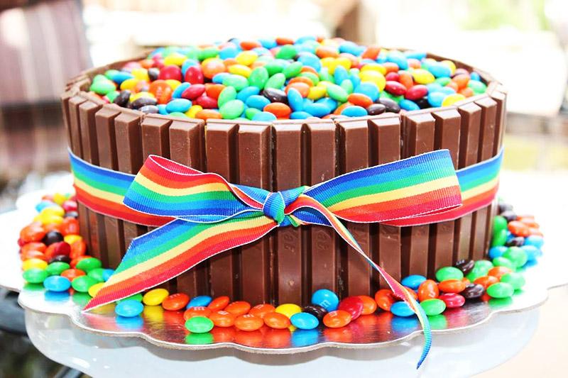 А яркие драже из шоколада помогут вам декорировать домашнюю выпечку к детскому столу