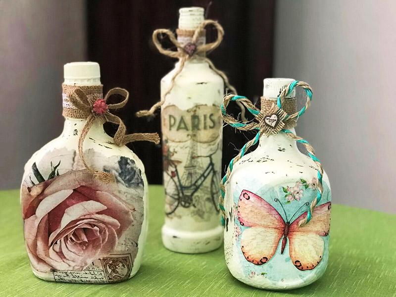Бутылки можно декорировать с помощью техники декупажа: получится нежная и изысканная композиция