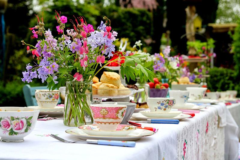 Полевые цветы отлично подойдут для сервировки на свежем воздухе