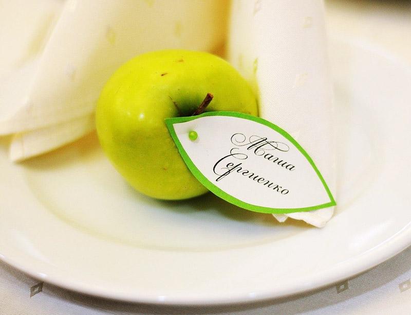 Именную табличку можно закрепить к фрукту и положить на тарелку
