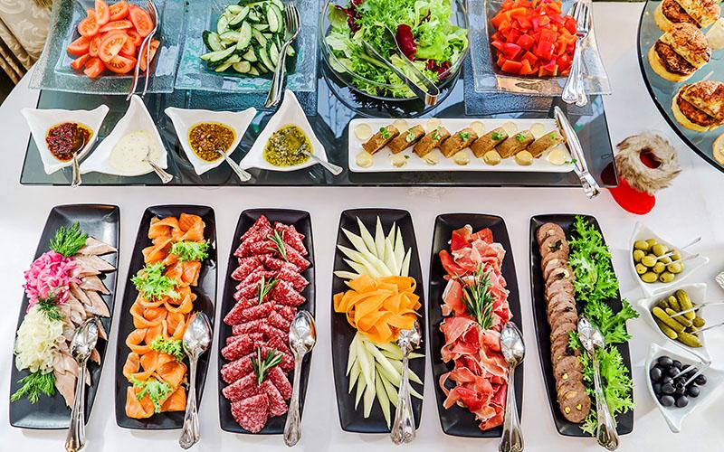 Блюда на столе должны быть обеспечены приборами для того, чтобы можно было выложить порцию в свою тарелку