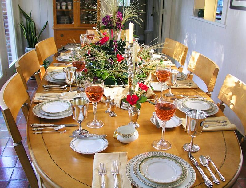 Для большого семейного застолья взрослых всё должно быть красиво и уютно, с любимым сервизом