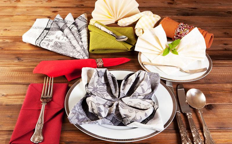 Салфетку можно положить в тарелку, бокал и на стол под столовые приборы. Выбирайте вариант, который понравится вам больше всего