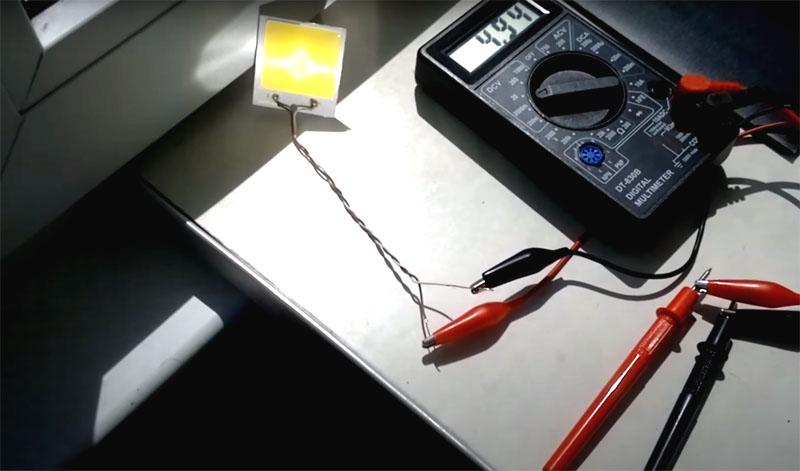 А вот что происходит, если на ту же матрицу направить пучок света с помощью линзы из CD диска. Потрясающий результат, не так ли?