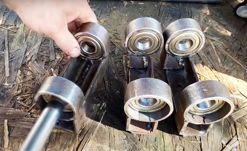 Дальше всё просто: металлические кольца с подшипниками привариваются по краям каркаса так, чтобы получилось три пары, в которых штоки амортизатора будут вставляться в подшипники