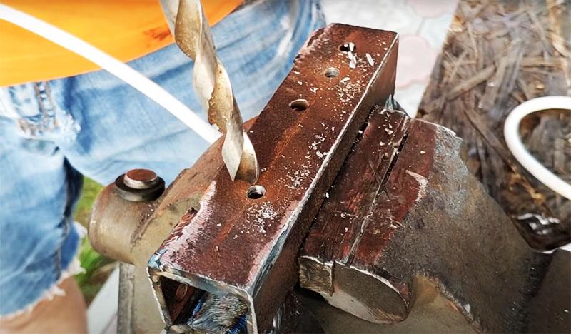 В каркасе боковых роликов нужно сделать по 2 отверстия, в которые будут вставляться болты для фиксации роликов на швеллере