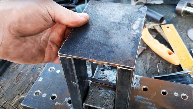 Сверху направляющие нужно накрыть металлической пластиной по размеру
