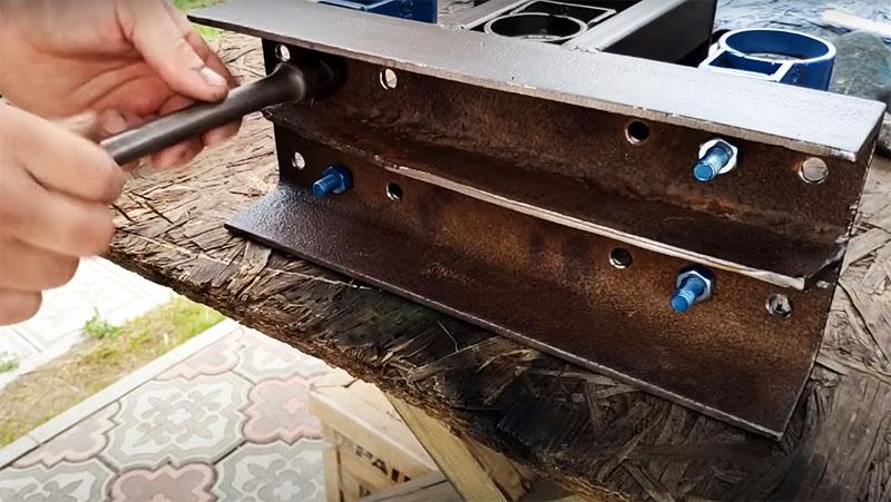 Теперь, когда центральная часть в сборе, можно зафиксировать боковые ролики на швеллере болтами, подтянув снизу гайками