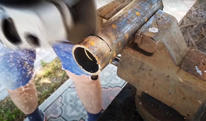 Чтобы сделать ролики с подшипниками, нужно подобрать подходящую по диаметру трубу и нарезать её на куски по 5 см
