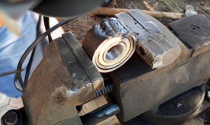 После того как подшипник надёжно встал на место, прорезь в кольце нужно заварить и зачистить поверхность