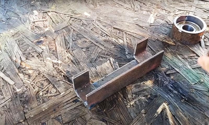Для роликов, которые будут находиться по краям станка, сваривается основа из одного длинного уголка и двух коротких, как показано на фото