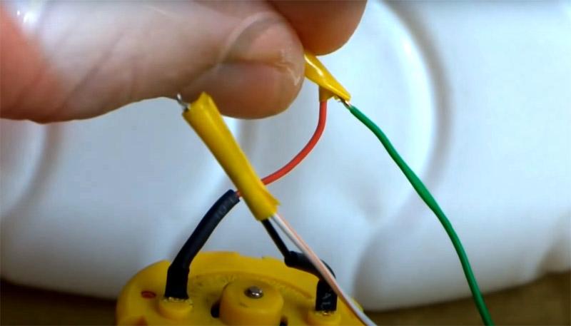Соедините контакты моторчика и лампы и защитите места соединения изолентой