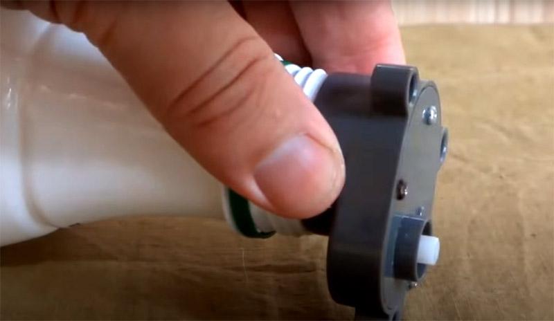 Лампу нужно поместить в бутылку, а мотор закрепить на горлышке с помощью той же изоленты