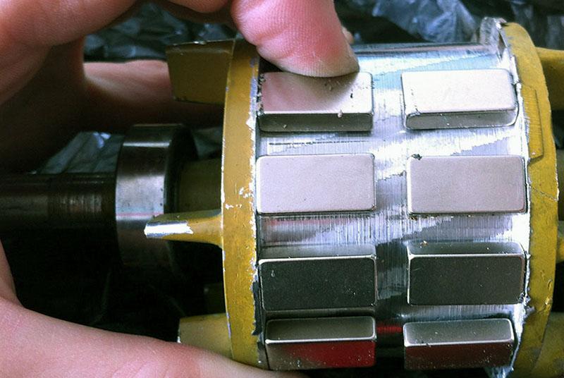 Один из вариантов установки магнитов на статор для переделки двигателя в генератор