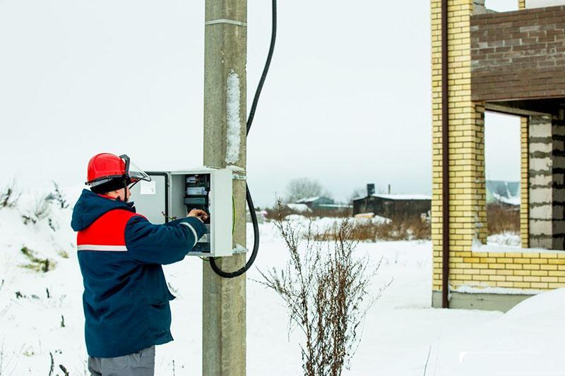 Многие работы по электромонтажу может выполнить только лицензированный специалист, даже если домашний мастер ̶ энергетик