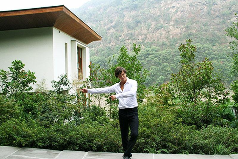 Особняк певца окружён живописной природой и горными склонами