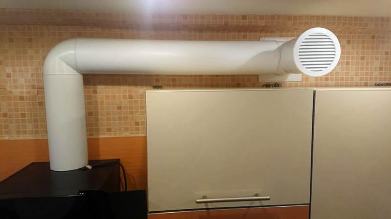 Есть ли решение? Есть! Это либо установка в вентканале вентилятора, качающего воздух из кухни, либо монтаж нового канала прямо через наружную стену в помещении. Последний вариант предпочитают многие в обход существующим строительным нормам