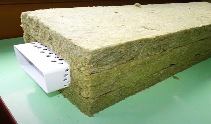 Затем этот кусок трубы плотно оборачивается толстым теплоизоляционным материалом типа каменной ваты, а поверх – пароизоляционной плёнкой