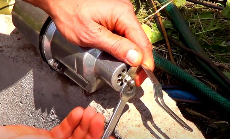 На входной решётке таких насосов по центру есть гайка, к ней нужно прикрутить металлическую скобу, задача которой – поднимать слежавшийся осадок для засасывания в насос