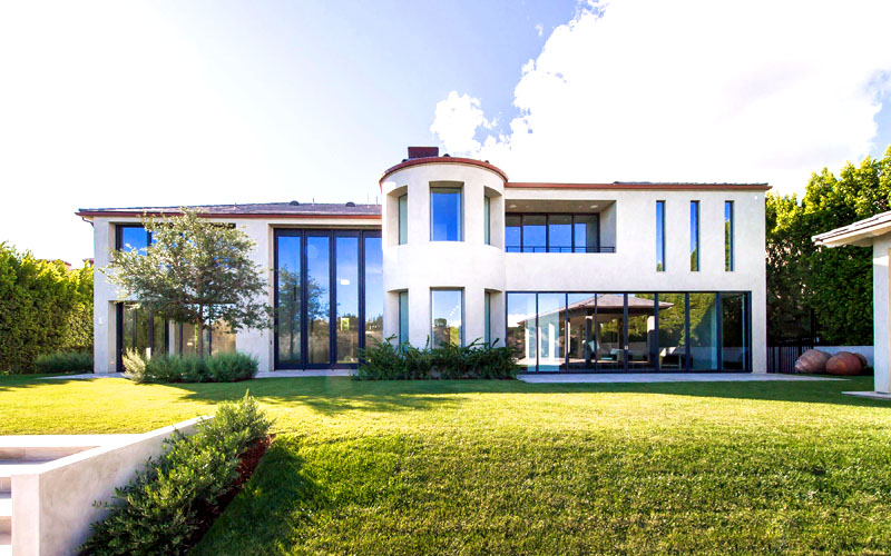 Строгие формы дома смягчает центральный эркер