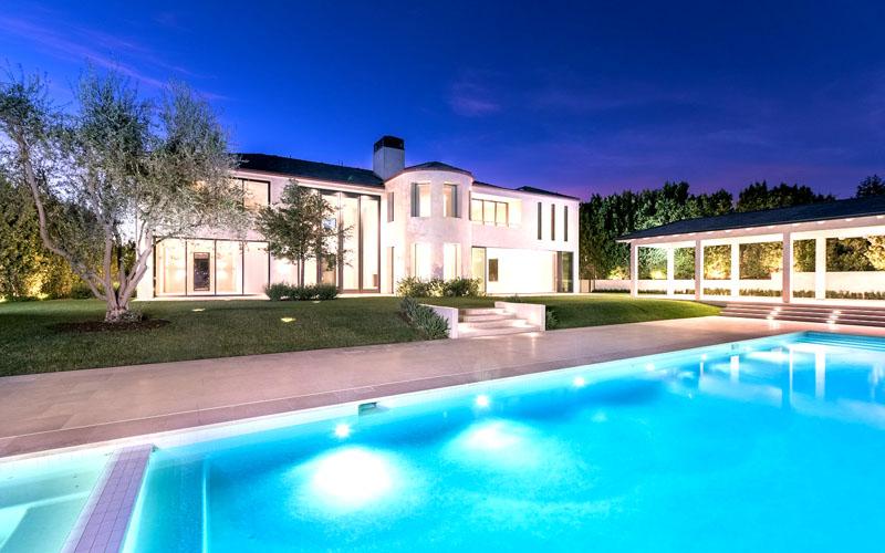 В вечернее время вилла и бассейн выглядят завораживающе благодаря подсветке