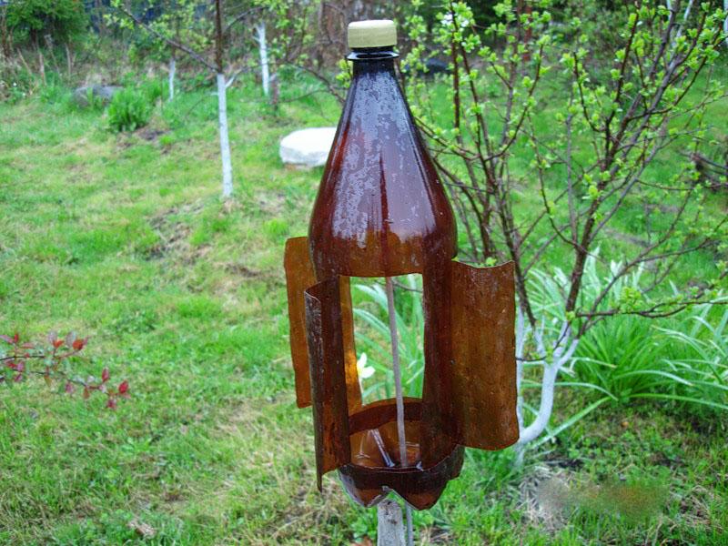 Вертушки из пластиковых бутылок, установленные на глубоко вкопанных колышках