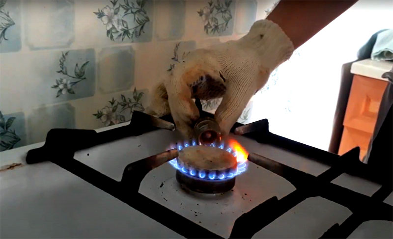 Можно пойти и другим путём: нагреть на огне металлический фитинг