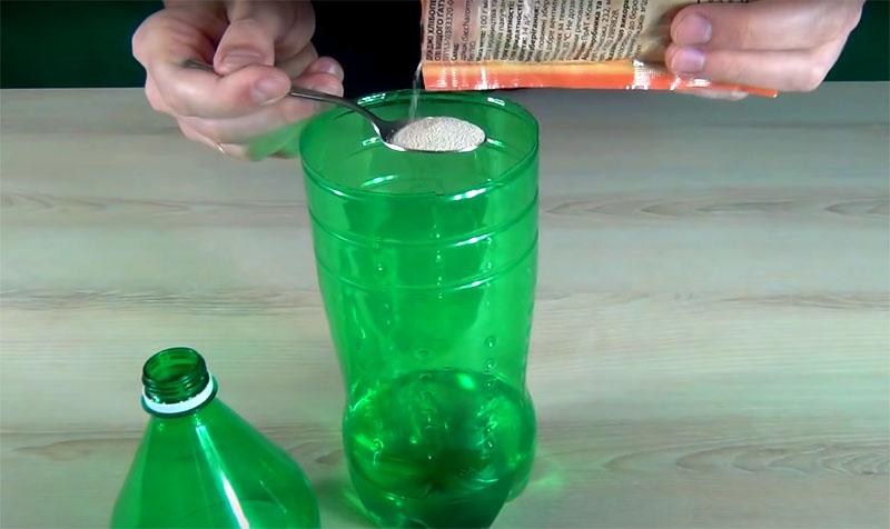 А теперь о приманке, которую нужно залить в ловушку. Для её изготовления вам потребуется треть стакана тёплой воды, столовая ложка сахара и пакетик пекарских дрожжей