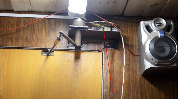 А это вообще шедевр: совместив шуруповёрт и доводчик, можно получить электропривод дверей