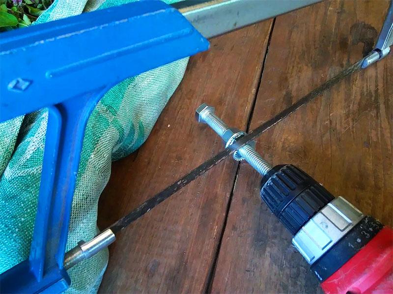 Так, при помощи шуруповёрта и ножовки по металлу, болт можно разрезать