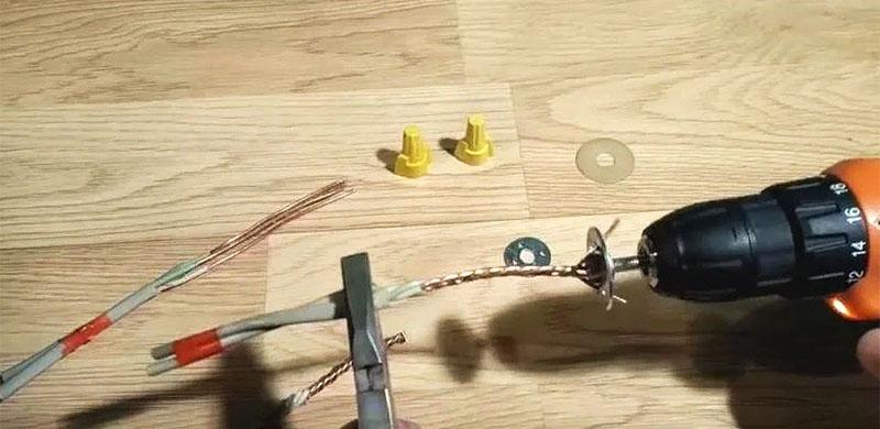 На заметку электрику: при помощи специальной биты можно очень быстро делать плотные и качественные скрутки