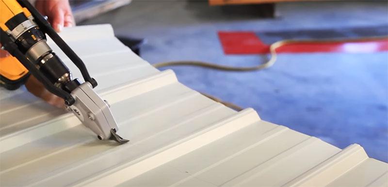 Если приобрести китайскую насадку, шуруповёрт превращается в ножницы по металлу