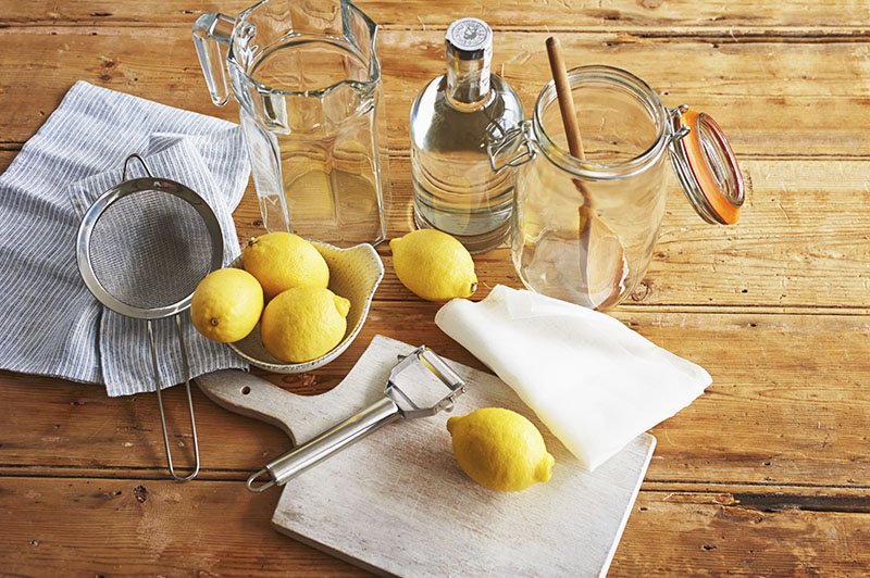Смесь спирта, столового уксуса и сока лимона. Этот универсальный состав отлично справляется с грязью на любых поверхностях и оставляет идеальную чистоту и приятный аромат. Вместо сока можно добавить цедру лимона или всё сразу. Домашнее средство не повредит глянец и не оставит следов грязи даже на белых полках