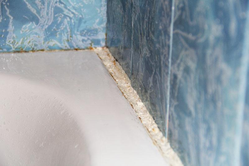 Лучший выбор – пена из полиуретана. Не забудьте хорошо встряхнуть баллон перед работой и распылять пену на сухую и очищенную поверхность