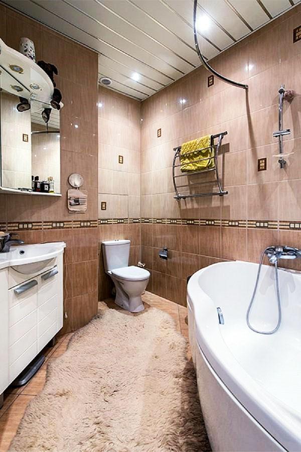 В ванной комнате установлен хромированный полотенцесушитель изогнутой формы