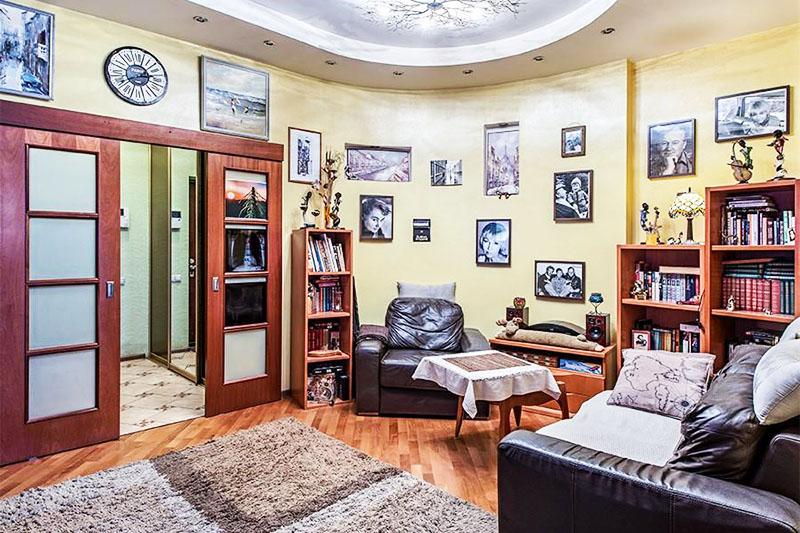 Стены гостиной украшают фотографии знаменитостей, которые оставили след в жизни телеведущей