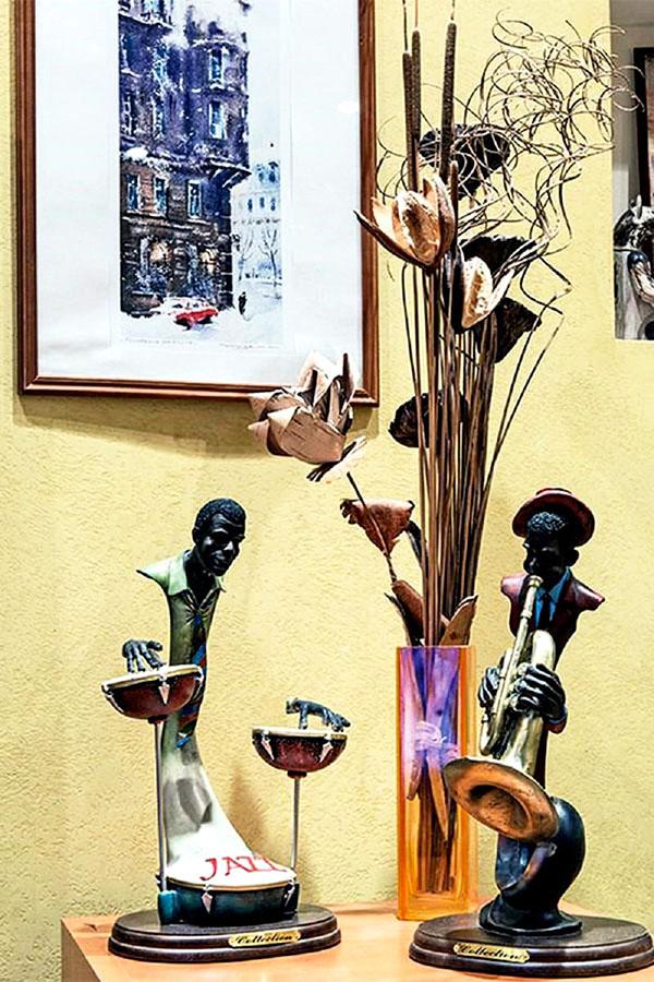 В гостиной достойное место заняли памятные награды телеведущей