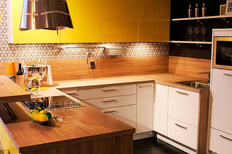 Если у вас есть небольшой запас досок, обработайте их и покройте лаком, а потом используйте в качестве низкого фартука для кухни