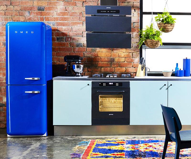 Белый – самый распространённый цвет холодильника, но если вы покрасите свой холодильник в синий, оранжевый или красный цвет, то сможете удивить друзей, которые придут к вам в гости