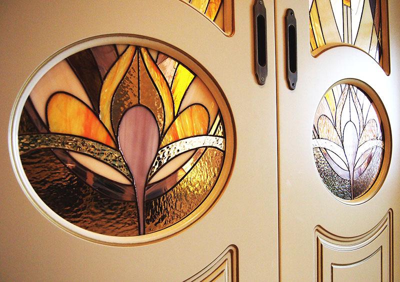 Сначала прорисуйте витраж с помощью фломастера, а только после того как рисунок будет готов, используйте специальные краски для работы по стеклу. Такой же витраж можно нарисовать на кухонном окне