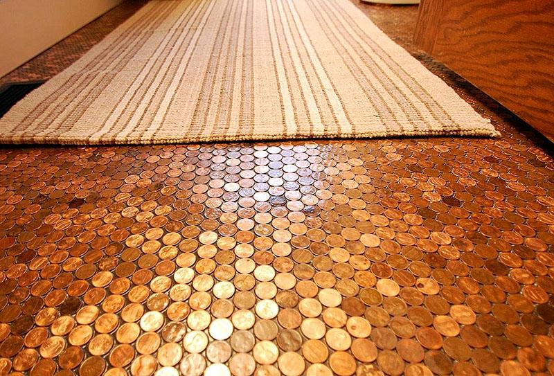 Если у вас накопилось множество старых монет, не пригодных к использованию, вы можете взять их для укладки пола. Монеты можно заменить пивными крышками или другими яркими и блестящими мелочами