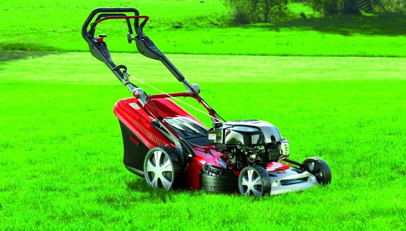 Моторизованная газонокосилка подойдёт только для больших площадей