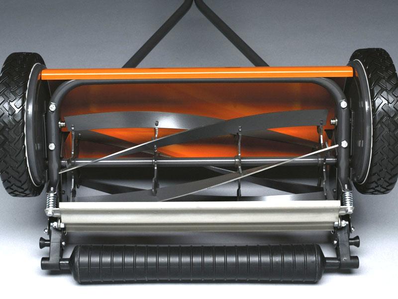 Механическая газонокосилка устроена просто